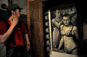 L'oeuvre de Konstantin Altounine représentant Vladimir Poutine et Dmitri Medvedev en sous-vêtements féminins exposée à Saint-Pétersbourg le 21 août 2013 et saisie par la police à Saint-Pétersbourg (Photo Olga Maltseva. AFP). L'oeuvre a été réalisée en 2011.