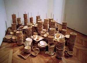 Metropolis, 1997, installation composée de bols et plateaux en pain, supports en acier, 100 x 350 x 250 cms.