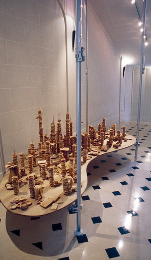 Metropolis, 1997, installation composée de bols et plateaux en pain, supports en acier, planche en bois, et AutoPoles en acier.