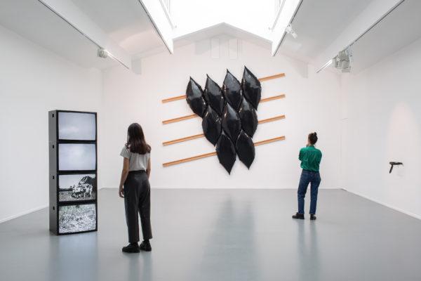 L'exposition minimale et queer de Dorian Sari, vue par Théo-Mario Coppola